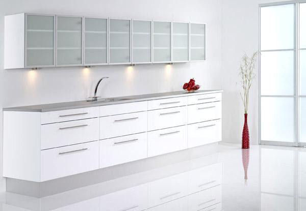 hvid højglans køkken